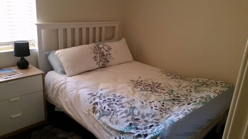 Private room, comfy bed & a walk to the beach - Scarborough
