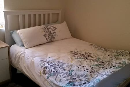 Private room, comfy bed & a walk to the beach - Scarborough - Villa