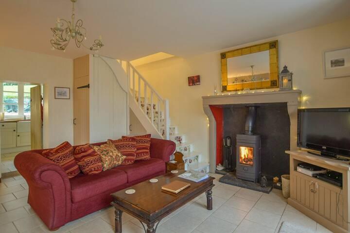 The log burner adds to the ambiance and makes the house really cosy in winter months, cool in the balmy summer months.  Poele à bois pour l'hiver la maison 'cosy', mais une maison fraîche en été.