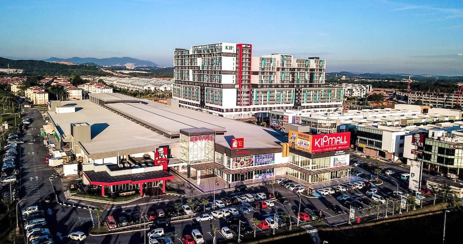 2-3 mins free ride to the nearby mall (KipMall) with supermarket, shops and restaurants.