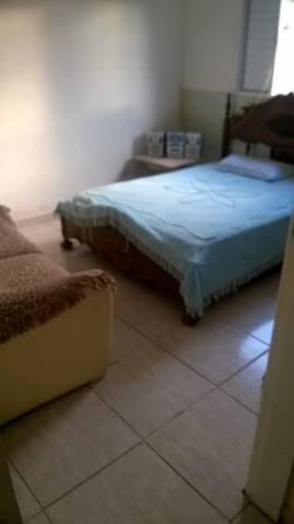 quarto com banheiro e cama de casal