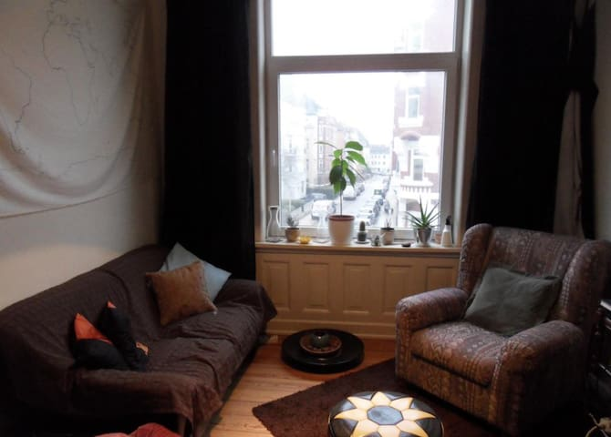 Helles Zimmer mit schwebenden Bett