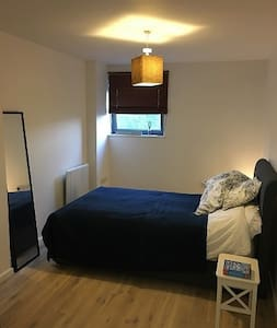 Double bedroom, very close to City Airport - Londres