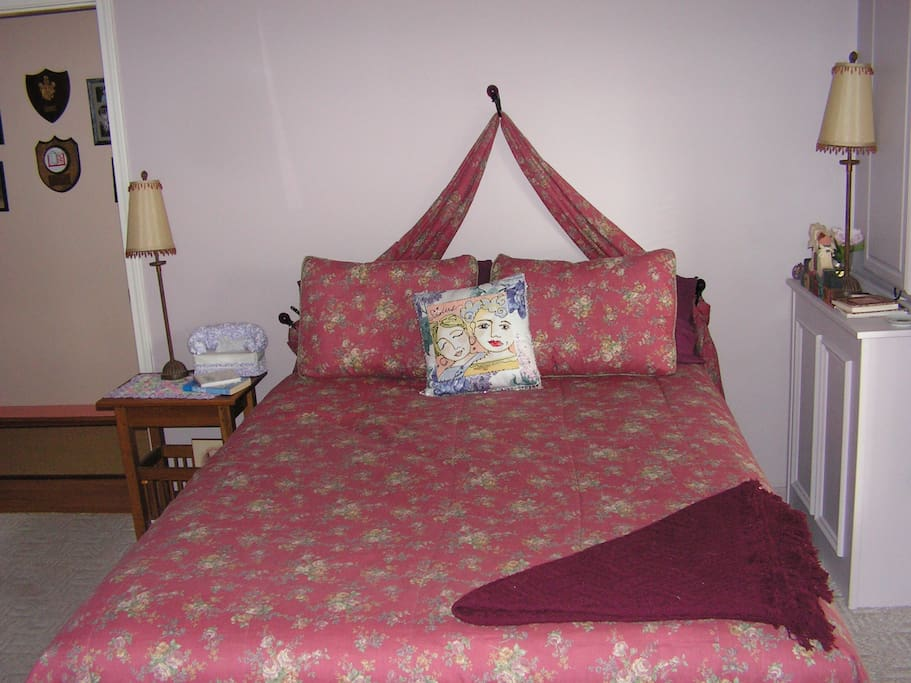 Queen size bed to relax after enjoying Reedville