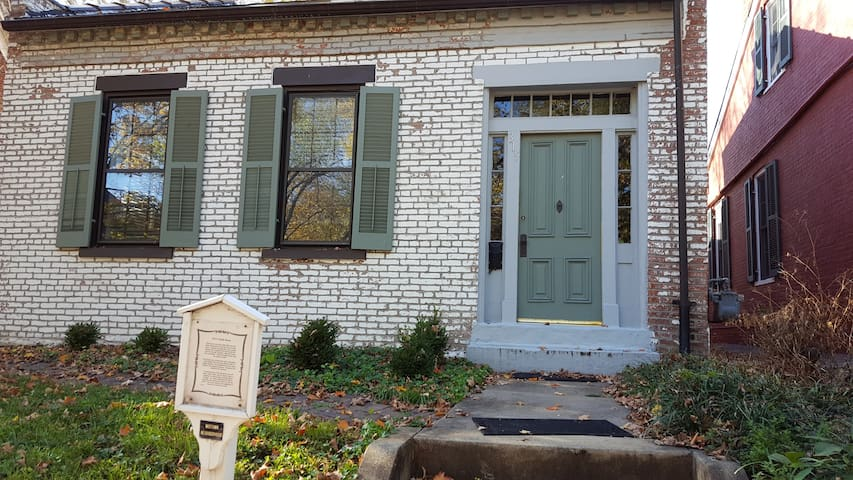 Charming, historic 2nd fl bedroom - Saint Charles