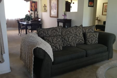 Private room in Estate sized home, gated community - Palmdale - Casa