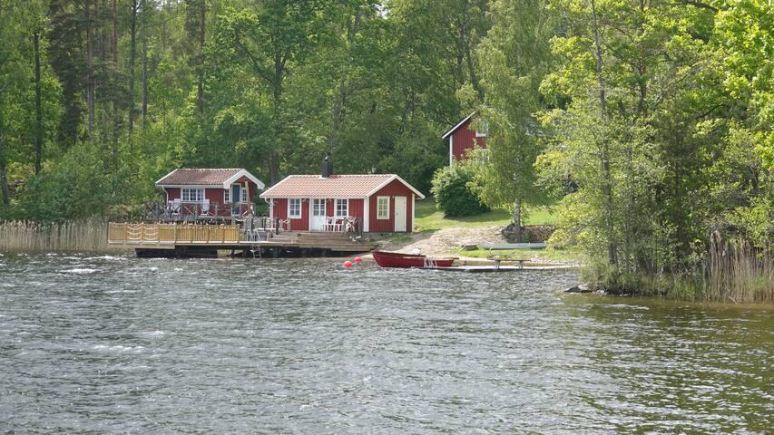Stuga med underbart läge vid sjö!