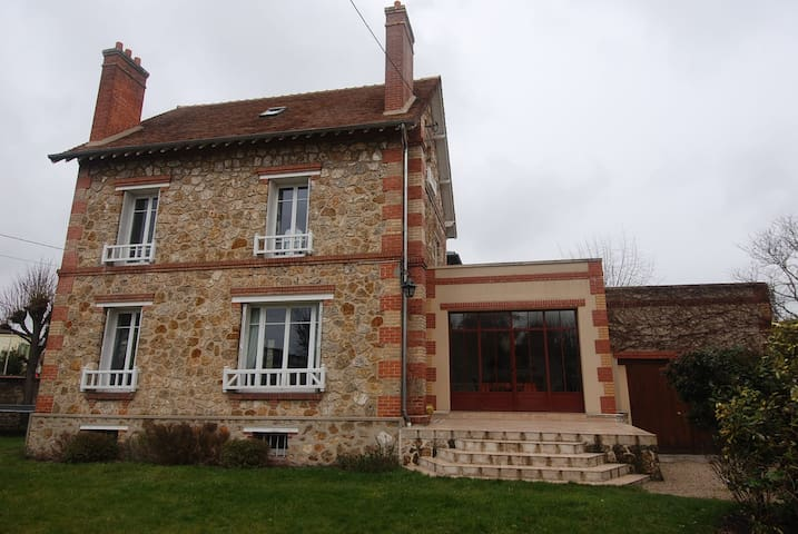 Double bed in a lovely house 15min from Paris - Chatou - Haus