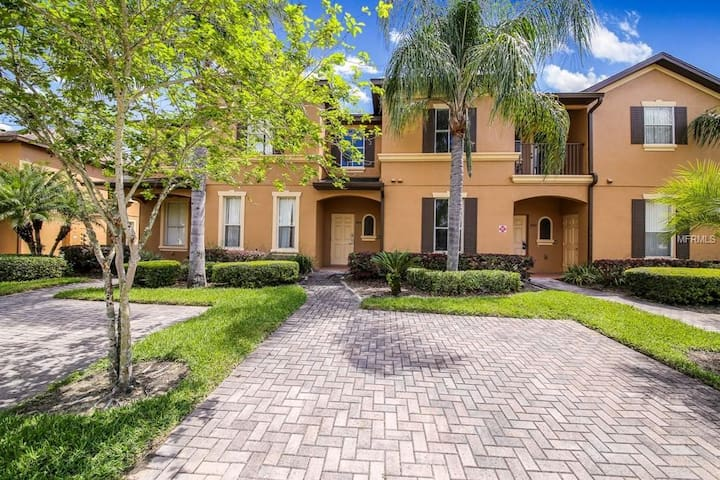 Regal Palms Townhome. Near Disney and Universal!