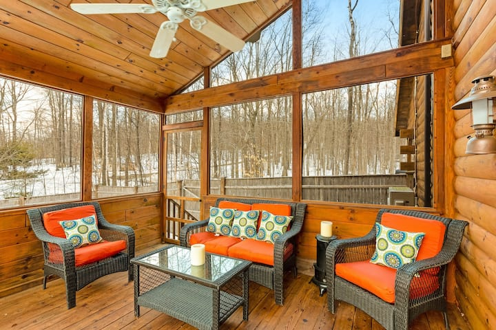 Dog-friendly retreat w/ a private hot tub, firepit, two kayaks, & a canoe!