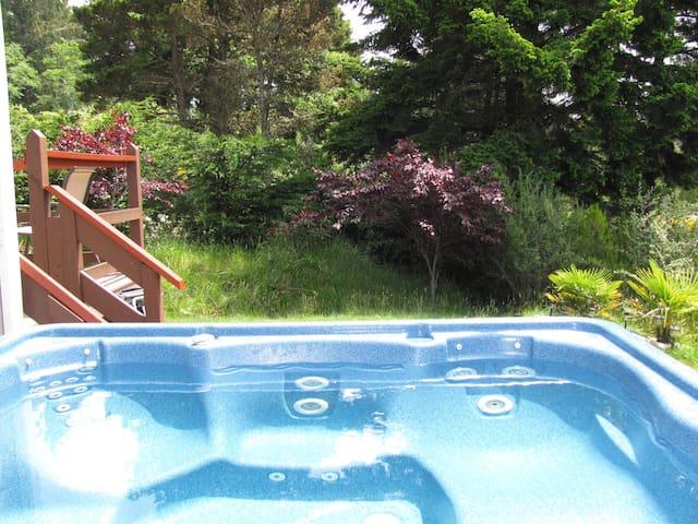 J & R Hideaway Chalet~Hot Tub, Ocean View, Walk to Town, Park Boat or Trailer
