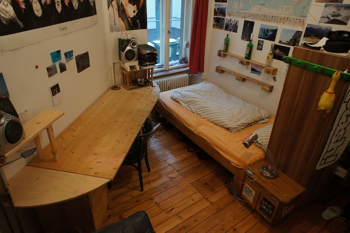 Cosy room in extremely central and welcoming flat