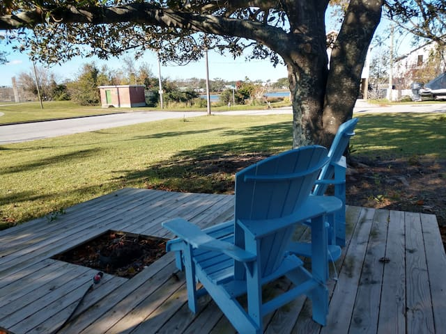 Enjoy the front deck for relaxing.