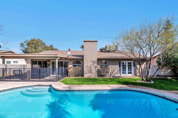 **Sunny Scottsdale getaway **with pool**
