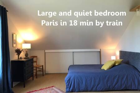 Grande chambre au calme, Paris à 18 min en train