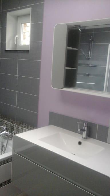 Salle de bain avec meuble vasque, miroir éclairant, baignoire avec possibilité douche, radiateur sèche-serviettes)