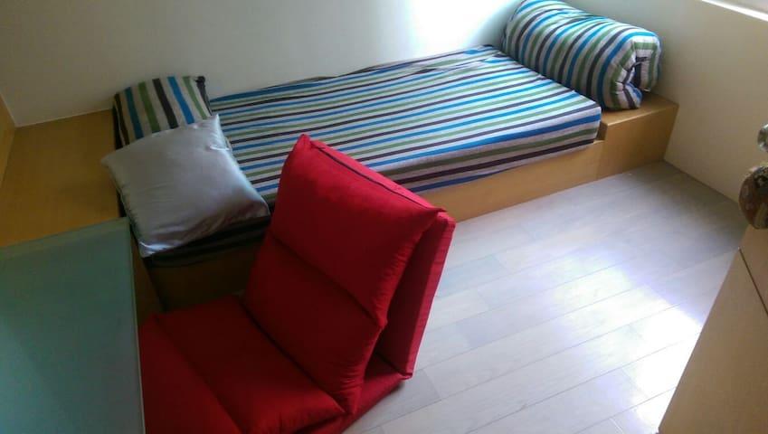 A cozy room with Deck.附空中花園的小雅房 - Tainan City - Apartament