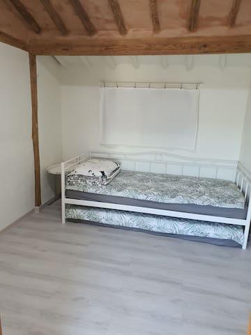 작은방은 싱글매트리스 2개 넣었다 뺐다 할 수 있어 방을 넓게 쓸 수 있습니다.