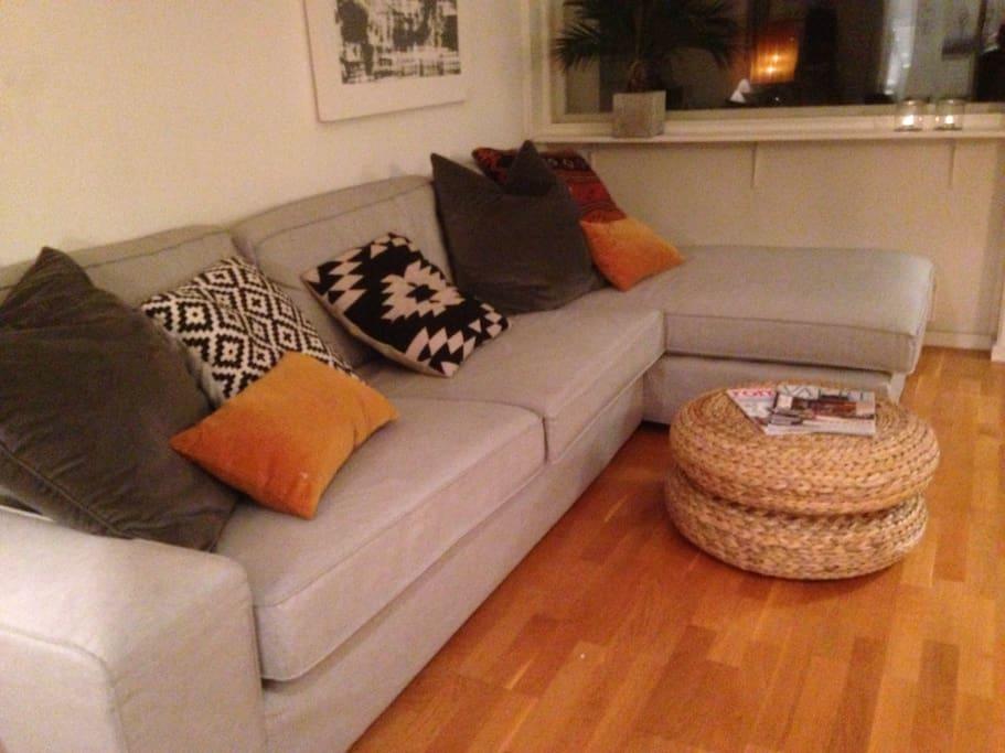 Stor og behagelig sofa hvis en ønsker å slappe av etter en lang dag. A big and comfortable couch if you want to relax after a big day.