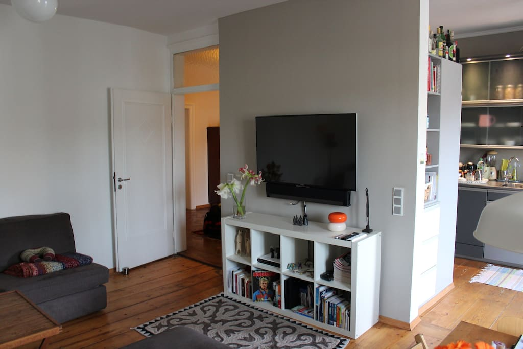 TV (incl. SKY TV) and music station (Sonos – in all rooms). // TV (incl. SKY TV) und Musikanlage (Sonos – in allen Räumen)