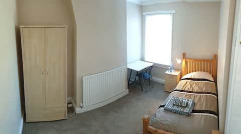 Spacious room in cosy ideally located house