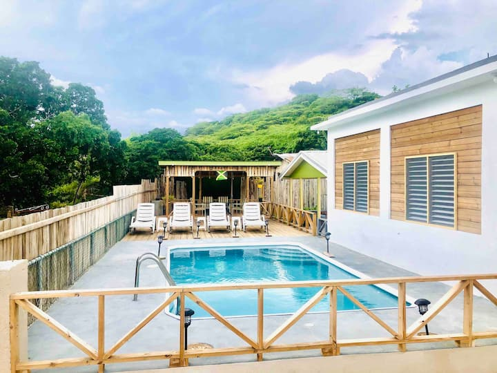 ReefsEdge Villa: A unique gem in Treasure Beach