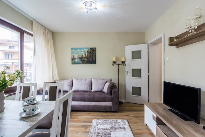 Spacious 3 bedroom apartment/free parking