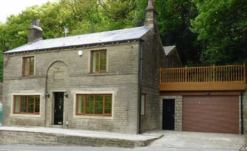 Spring Wood Cottage, Cosy Luxury & hot tub! Slp 17 - Huddersfield - Hus