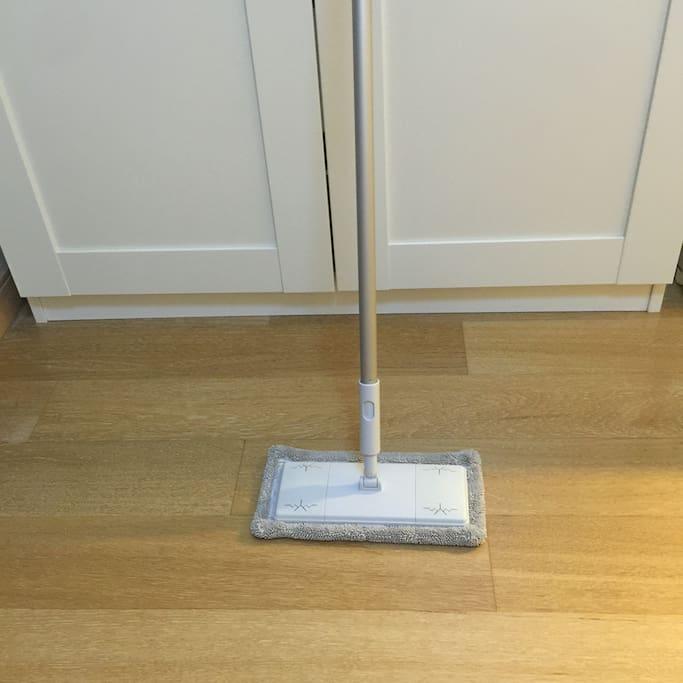 帮我擦地板哦,用这个。