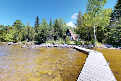 Cozy lakefront cabin w/ gorgeous views, private dock & pebble beach!