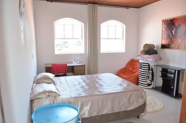 Suite 2 - 1 Cama Box Queen, escrivaninha, ambiente com boa ventilação/iluminação natural
