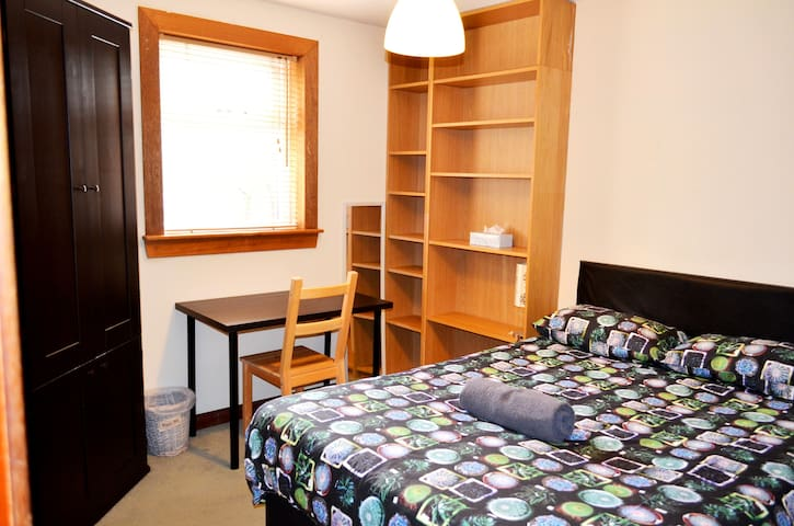 Double room in 4 bedroom house - Optic Fiber WI FI
