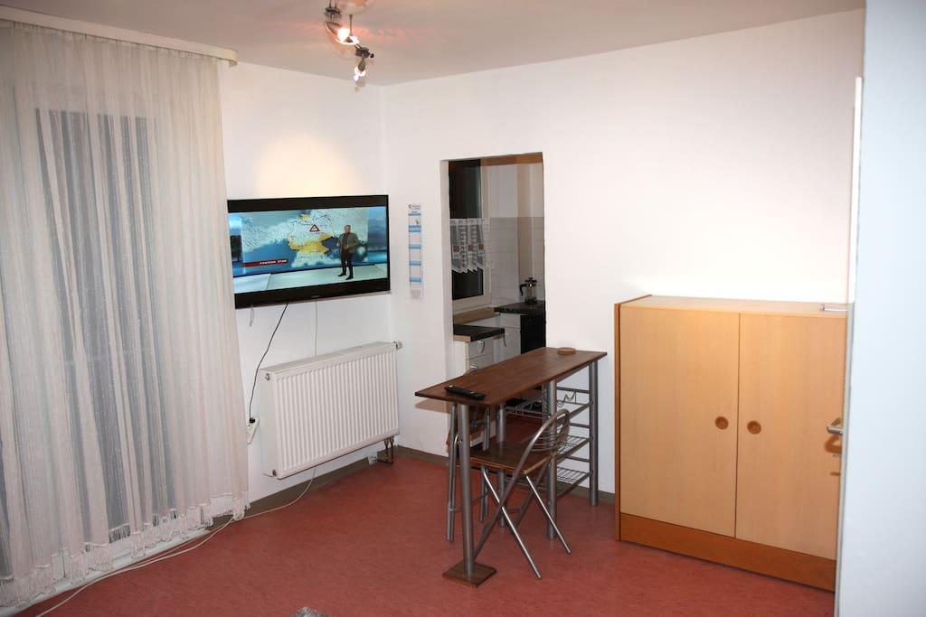 Fernseher, Durchgang zur Küche und Tisch