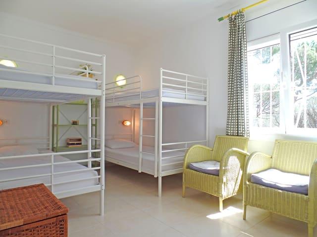 Slaapkamer 3 met 2 stapelbedden.