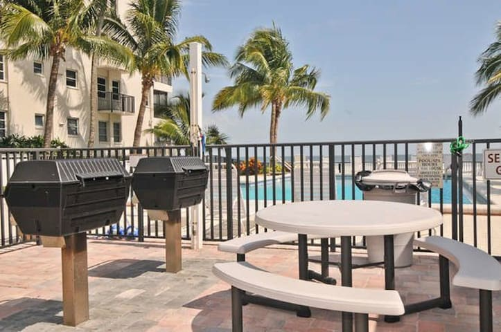 Beach Front Condo with Pool- Great Sunset Views - Fort Myers Beach - Appartement