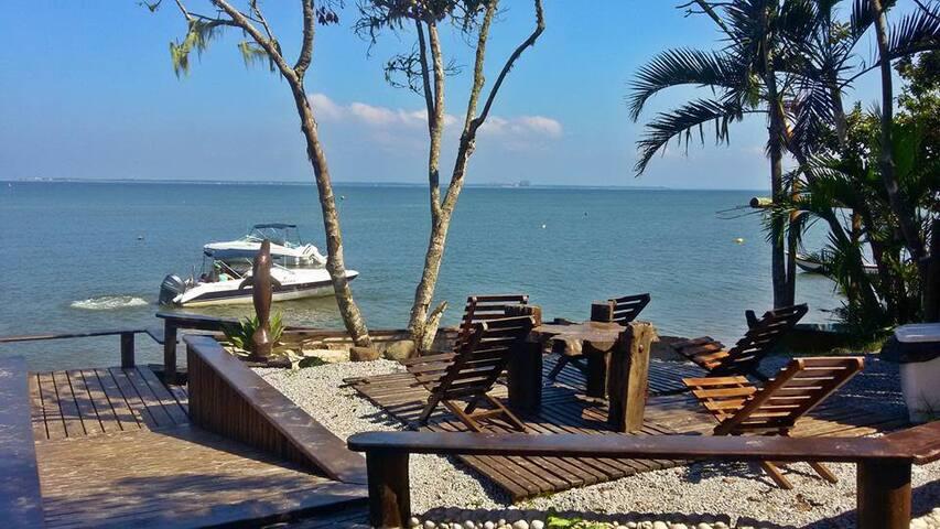 Charmosa Suíte com Ar Condicionado - À Beira Mar - Ilha do Mel