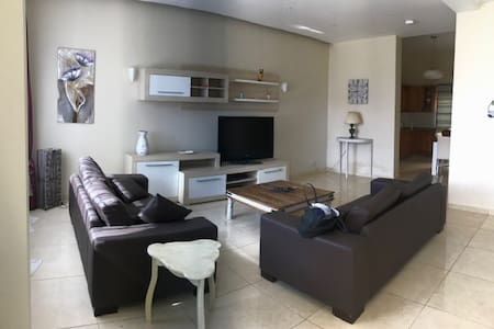 Bright 3 bedroom apartment with large garden
