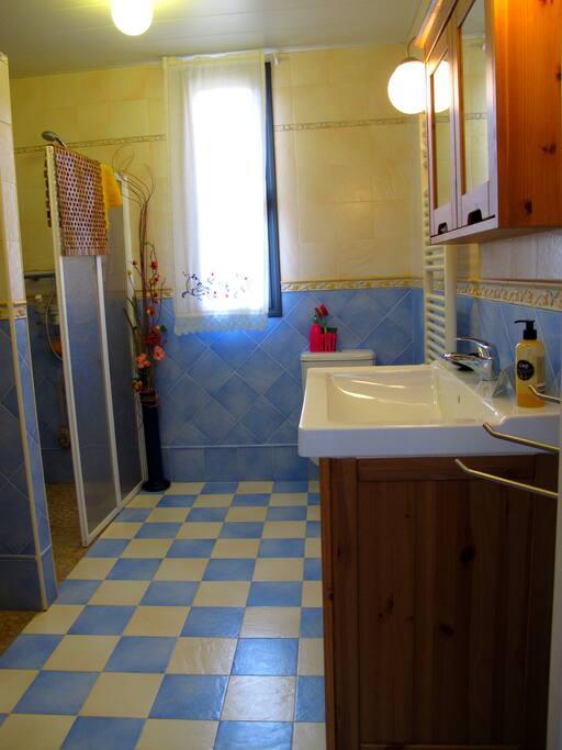 Baño amplio con 2 duchas para agilizar