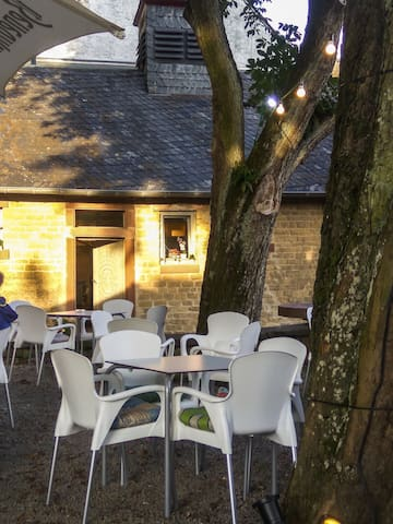 Der Sommer Biergarten gegenüber The summer beer garden across the street