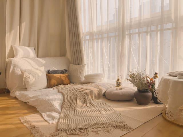 这是榻榻米,可以躺在上面沐浴阳光和看投影,拍照超美哟。