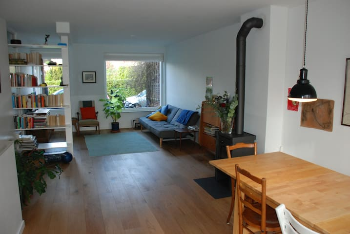 Peaceful, green Amsterdam house (free parking)