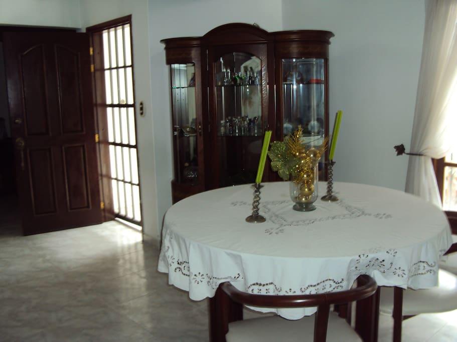 La entrada al apartamento con puerta y reja de seguridad
