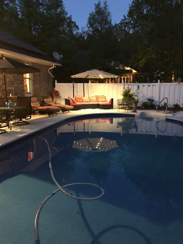 Spend the holidays-beautiful cottage-stunning pool
