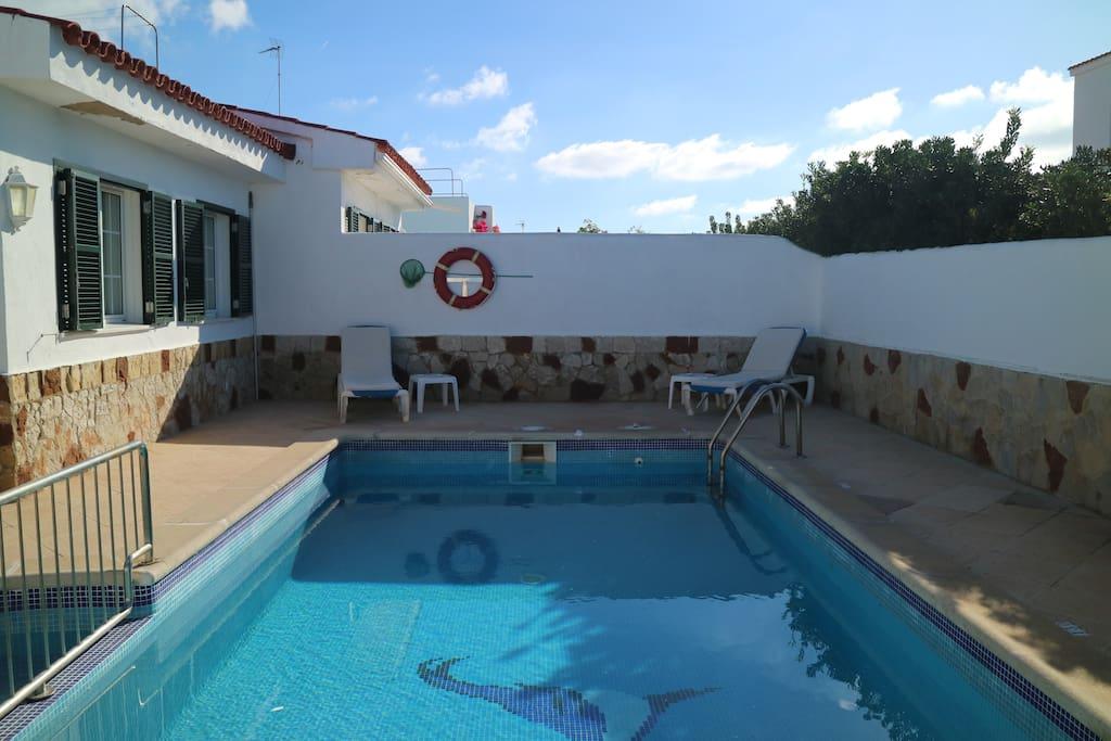 Private swimming pool in the villa. // Piscina privada en el chalet.