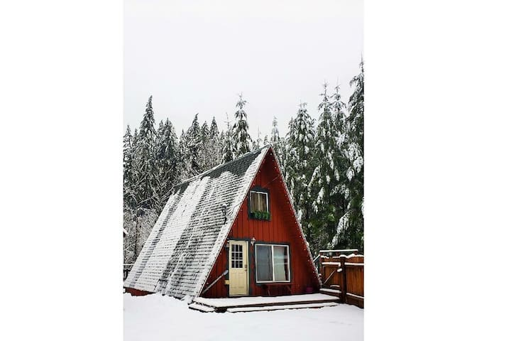 Mountain Play Chalet w/ hot tub & grill minutes from hiking, waterfalls & more!
