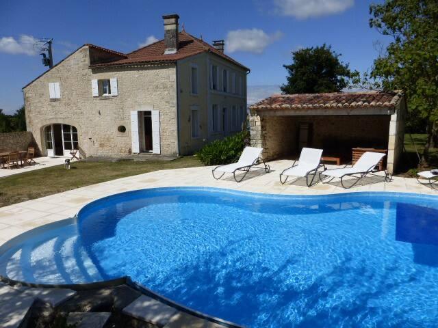 Spacieuse et agréable maison charentaise familiale - Les Essards - Haus