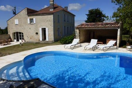 Spacieuse et agréable maison charentaise familiale - Les Essards