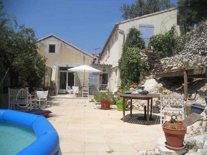 Grande maison chaleureuse avec terrasse et jardin