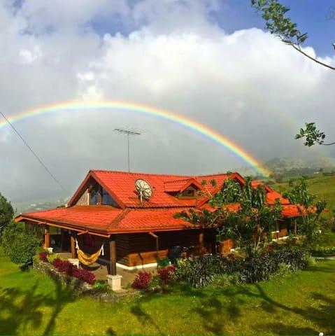 Cozy Volcano-Side Room in Beautiful Cabin, Quesada - Quesada - Stuga