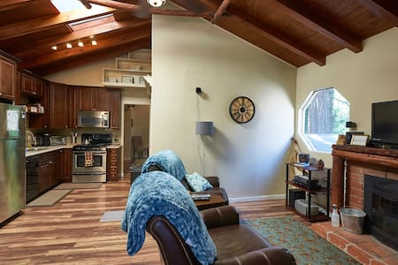 Pinewood Suite! Romantic 1bd home. - Crestline